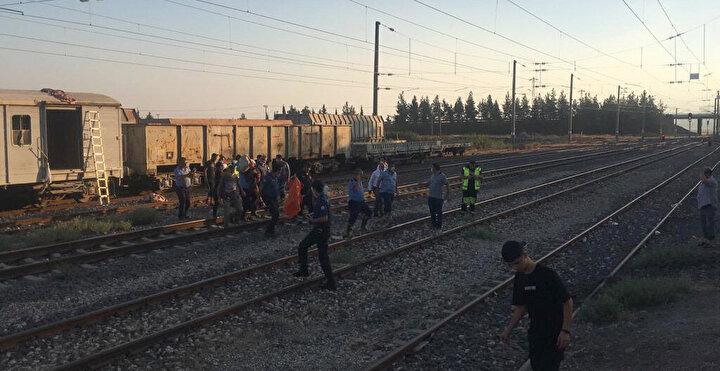Olay, dün akşam saatlerinde Nurdağı Tren Garı'nda meydana geldi. Garda dolaşan Erdal Yaşar ile arkadaşı Ahmet Dursun Özdemir, selfie çekmek için park halindeki bir vagonun üzerine çıktı.