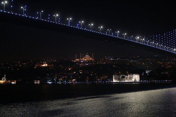 Yırtılan ağların dikilmesinden, teknenin temizliğine kadar birçok zor iş, muntazam bir vazife taksimiyle yapılıyor. Aralarında 40 yıllık denizciden 4 günlük balıkçıya kadar her yaş grubundan tayfa bulunuyor. Martıların ve kuşların eşlik ettiği balıkçı teknelerinin İstanbul Boğazı'ndan geçmesi ortaya kartpostallık manzaralar çıkarıyor.
