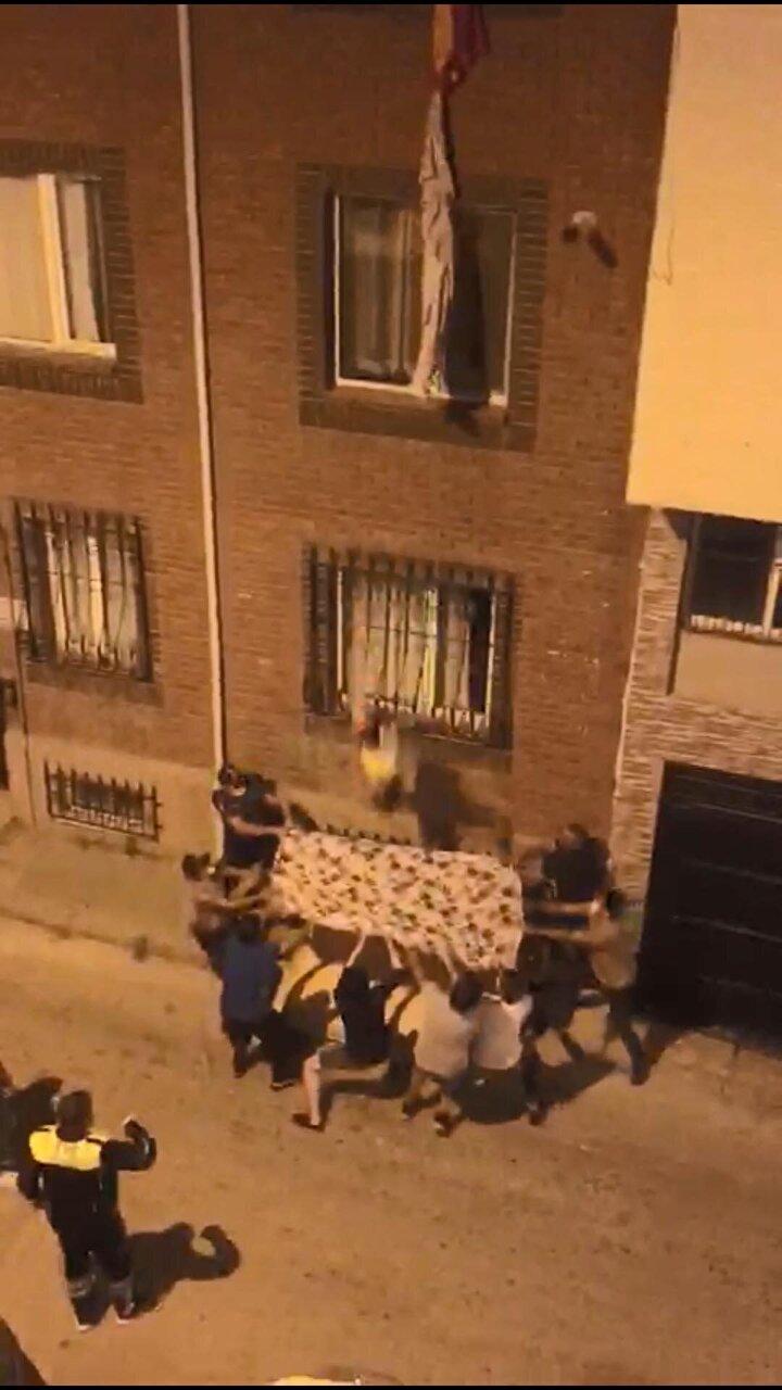 Eskişehir Emniyet Müdürlüğünün, genç kadın düştüğü sırada battaniye gerip, hayatını kurtaran polis memurlarını ödüllendireceği belirtildi.