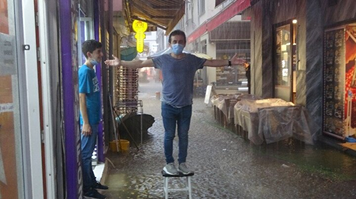 Ordunun Altınordu ilçesinde şiddetli yağış hayatı olumsuz etkiledi.