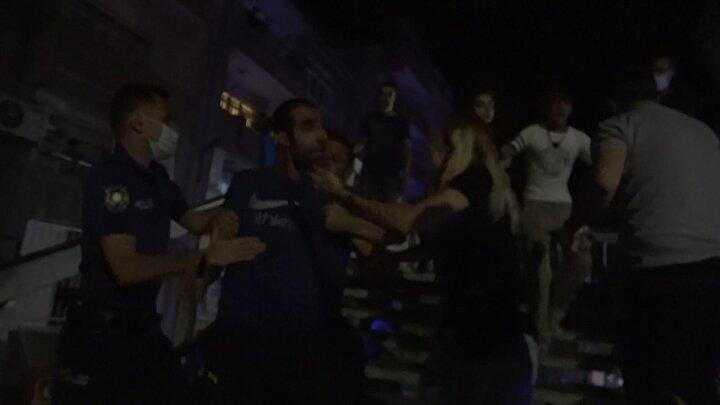 Saldırıda kamera ve fotoğraf makinesinin kırıldığını söyleyen İHA muhabiri Murat Başal ise Yangın ihbarı için olay yerine gittik. Emrah Kızıl ile görüntü çekerken bir grubun bıçaklı saldırısına uğradık. Bize saldıran kişiler koronavirüslü olduğu ve öğrendik. Yardımımıza gelen polis ile bekçilere de saldırdılar. Cihazlarımızı kırdılar diye konuştu.