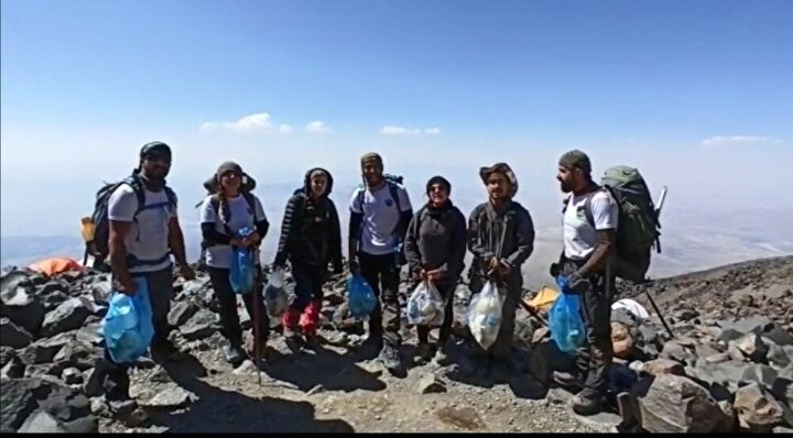 Vadi Doğa Sporları Kulübü üyeleri, Ömer Demez başkanlığında 12 kişilik ekiple Ağrı Dağı'na tırmandılar. Buzul kısmında 4200 metre kamp alanına gelene kadar bölgede gördükleri manzaraya karşı şaşkınlıklarını ve kızgınlıklarını gizleyemediler. Çöpleri kayaların arasında saklayarak kamufle edenlere tepki gösteren Vanlı dağcılar, tırmanma öncesi bölgede çöp temizliği yaptılar.