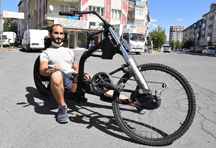 Yapımında kullanacağı malzemeleri de çeşitli atıklar kullanan Keskin, klasik bisikletlerin aksine önden çekişli bir ürün ortaya çıkardı.