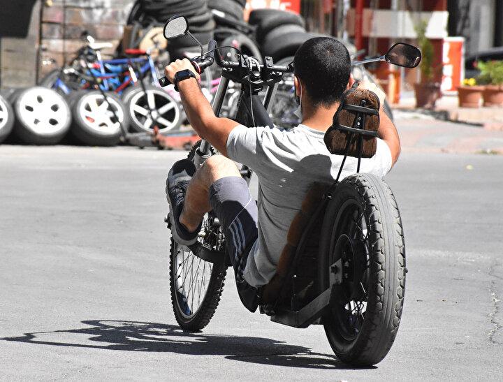 Önden çekişli bir bisiklet yapmak istedim. Denedim, tasarladım, yaptım ve bitirdim. Allaha şükür şimdi de sürüyoruz. İlk defa görenler şaşırıyor. Nasıl sürdüğüme bakıyorlar. Hatta bazıları ise motosiklet zannediyor. Ama ben trafikte serbest olabilmek için bisiklet tarzında yaptım...