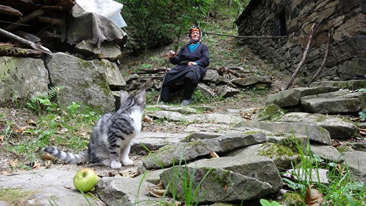 Bu nedenle Trabzon'un Tonya ilçesinde yaşayan 90 yaşına gelmiş bir kadın hikâyesinden yola çıkarak Fatma Kayacı'ya ulaştık. 35 yıl önce kendisiyle birlikte yaşayan sara hastası yeğeninin ölümünden kendisini sorumlu tutanlara karşı bir başkaldırışla yaşamına dağlarda devam etti...