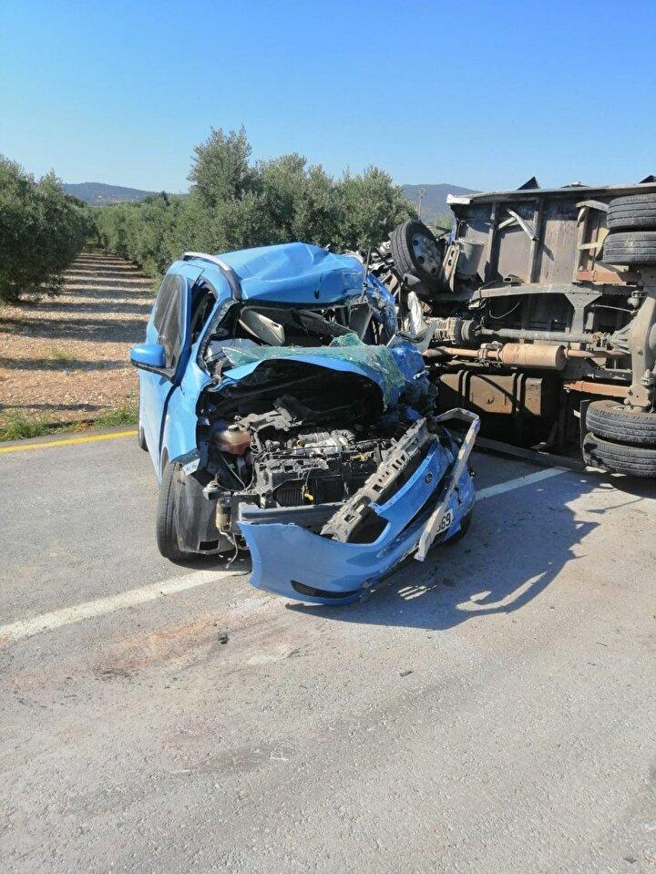 """Yanlış: Trafik kazasında sıkışan kişiyi çıkarmaya çalışmakDoğrusu: Dr. Behiç Berk Kuğu """"Özellikle trafik kazasında araç içerisinde sıkışanların olması durumunda, çevredeki kişiler tarafından profesyonel ekipler beklenmeden yaralının karga tulumba araç içinden çıkarılmasına çok rastlanır. Oysa bu tür müdahaleler omurilik hasarına yol açarak, kalıcı sakatlıklara bile neden olabilir. Bu nedenle profesyonel ekiplerin (ambulans-itfaiye) beklenmesi gerekmektedir. Araç dışı kaza durumlarında da hasta yaralının minimal hareket etmesi ve mümkün ise hareket ettirilmemesi gerekir. Yine bu gibi durumlarda profesyonel ekipler gelmeden yaralının karga tulumba bir şekilde başka yere taşınması da omurilik hasarına yol açan bir durumdur. Kaza durumlarında ortam güvenliğinin sağlanarak ek kazaların önüne geçilmesi ve 5-7 dakika aralıklar ile bilinç ve nefes kontrolü yapmak yeterli olacaktır"""" dedi."""