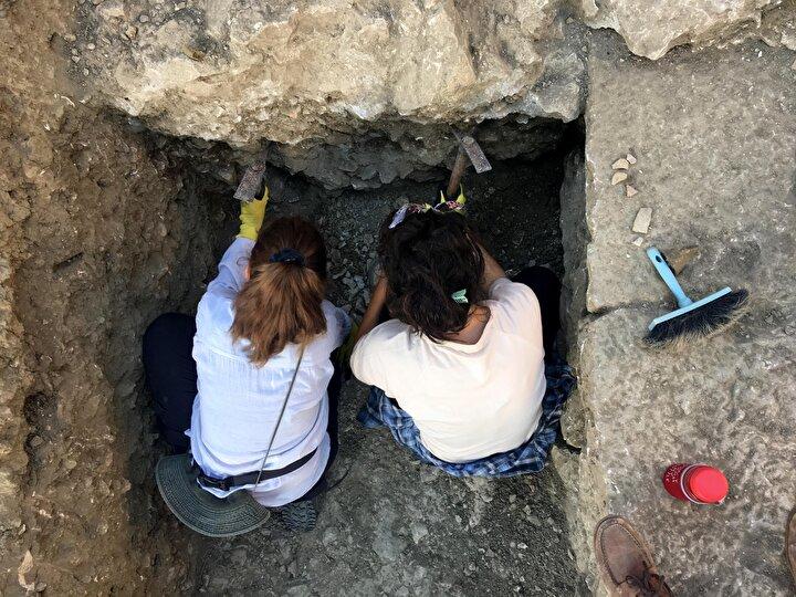 Prof. Dr. Çevik, Myra Antik Kenti'nde tiyatro kazılarında Roma tiyatrosu öncesinde alandaki erken varlıklar araştırılırken, Helenistik dönem yapılarına ait duvarların ortaya çıkarıldığını söyledi.