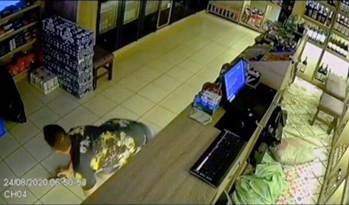 Yanında taşıdığı kurusıkı tabancayla pusuya yatan Arslan, ön kapıdan çıkarak şüphelilerin arkasına dolaştı. Tabancadan korkan şüphelilerin kaçmaya dahi fırsatı olmadı. Ardından şüphelileri market içerisine sokan Arslan, polisi arayarak durumu bildirdi. Şüpheliler ve Arslan, ifade vermek için polis karakoluna götürüldü.