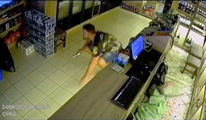 Edinilen bilgiye göre, 1,5 yıldır marketçilik yapan eski kick boksçu Emre Arslan (27), çevre esnafın iş yerlerinde hırsızlık yapıldığını duyunca 1,5 aydır kendi marketinde hırsız nöbeti tutmaya başladı. Gece dükkanında yatıp kalkan Arslan, olay günü uyuduğu sırada dükkanının arka kapısından sesler duymaya başladı.