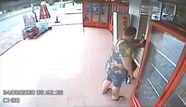 Arslan ile hırsızlık şüphelilerinin o anları ise marketin güvenlik kameralarına saniye saniye yansıdı. Dışarıdaki şüphelileri görünce tabancasını eline alan Arslan'ın, saklanarak dükkanından çıkması ve şüphelileri yakalaması görüntülere yansıdı.