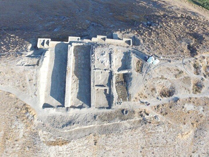 """Buradaki depo binalarının önemine değinen Prof. Dr. Rafet Çavuşoğlu, """"Buradaki depo binalarının önemli olmasının ana sebebi Çavuştepe Kalesinin en önemli özelliği siloları yani tahıl ambarı diye geçmektedir ve yaklaşık olarak ele geçen yazıtlarda günümüze çevrildiği zaman 2 bin 700 ton tahıl üretimi elde ettiklerini söylüyorlar ki arkeolojik veriler Gürpınar Ovasının tam orta noktasında bulunan Bol Dağlarının ucundaki kalenin çok güzel bir şekilde tarıma elverişli olan elde edilen ürünlerin de burada depolandığını görmekteyiz. Buradaki yaptığımız işlem özellikle depo binalarının özellikle 1, 2 ve 3 Nolu depo binaları üzerinde çalıştık. Özellikle bu yılki 2020 yılındaki çalışmalarımız daha çok depo 3teki duvarları ayağa kaldırmak. Buradaki depo 3ün özelliği diğerlerinden farklı olarak teraslı bir şekilde yapılmış durumda 3 odadan oluşuyor. Odaları birbirine bağlamak için birinci güneyde bulunan odadan özellikle doğudaki basamaklarla depo binasının orta mekanına geçiliyor, orta mekandan ise ortada açılan iki basamaklı bir kapı açıklığıyla da üstteki mekanı geçiyor. Burada da teraslama sistemi ile bir depo binasının odaları oluşturulmuş durumda dedi."""