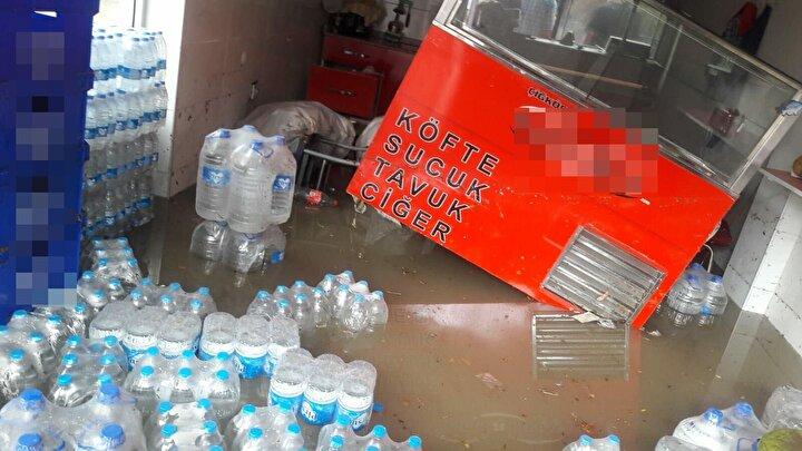 Geçen yıl marketinin içine giren sel sularının tüm dükkanı doldurmasıyla büyük mağduriyet yaşayan esnaf Selvi Güngör, bu kışı nasıl geçireceklerini bilmediğini söyledi. Her yıl aynı korkuyu taşıdıklarını dile getiren Güngör, Belediye ekipleri dere etrafında bir çalışma başlattı. Ama köprünün altı, dere yatağı, her taraf çöp. Yağmur yağdığında derenin ağzı tıkanacak. Bakalım neler olacak dedi.