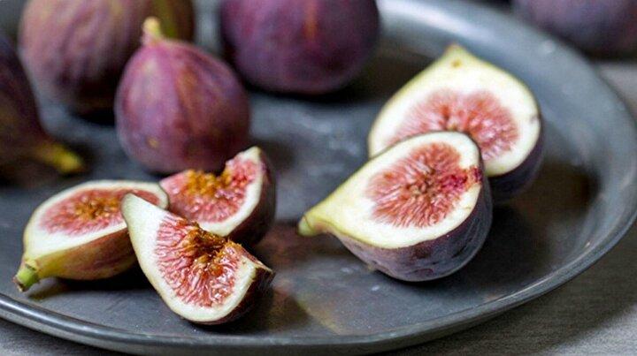 7-8 kuru inciri sıcak sütte bekletin. Yumuşayan incirleri küp küp kesin. Başka bir tencerede 2-2,5 su bardağı kadar sütü ısıtın.