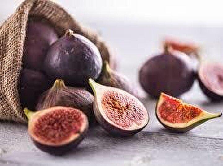 """Deniz """"Taze ve kuru meyveler arasındaki fark içerdikleri su miktarı. Taze meyveler yüzde 80-90 oranında su içerirken kuru meyvelerde bu oran yüzde 15-20 civarında. Kuru meyvelerde su oranı azalınca meyve şekeri daha ön planda oluyor. Hem taze hem kuru meyveler posa ve antioksidan açısından zengin, her iki şekilde de tüketilebilir ancak mevsimindeyken tazesini tüketmek su ve meyve şekeri dengesi açısından ilk tercih olmalı"""" dedi."""