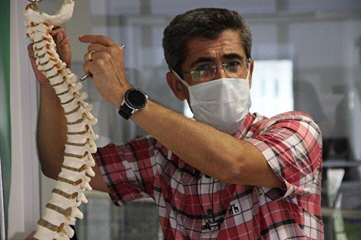 """Elastik çubuklar geliştirildi  Akıllı omurga vidasının ardından geliştirdikleri elastik çubuklarla omurgada hareket kabiliyetinin yeniden sağlandığına dikkat çeken Manisa Celal Bayar Üniversitesi Tıp Fakültesi Beyin ve Sinir Cerrahisi Ana Bilim Dalı öğretim üyesi Prof. Dr. Cüneyt Temiz, """"Daha önce kullandığımız transpediküler vida yani omura arkadan iki tane vida koyuyoruz ama aralarını artık sert çubuklarla birleştirmiyoruz. Aralarını artık elastik çubuklarla birleştiriyoruz. Bunun gevşekliğini ve esnekliğini ayarlayabiliyoruz..."""