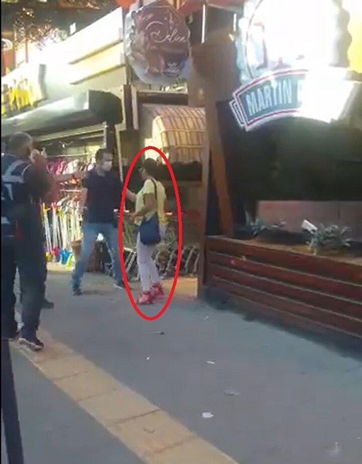 Maske denetimi yapan 3 polis, caddede yürüyen Ş.A.nın maske takmadığını gördü.