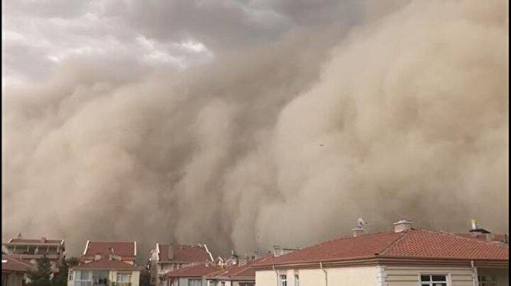 Haymana ve Polatlı ilçelerinde saat saat 15.00 sıralarında rüzgarın etkisiyle kum fırtınası meydana geldi. Bir anda etkisini gösteren fırtına nedeniyle gökyüzünü toz bulutu kapladı.