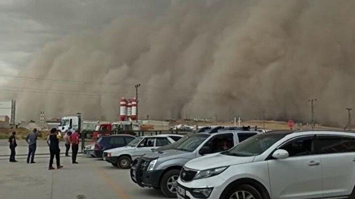Toz bulutu nedeniyle zifiri karanlıkta kalan Polatlının bazı yerlerinde elektrik ve telefon hatlarının kesildiği öğrenildi.