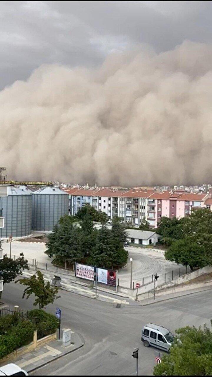Özellikle Polatladı kum fırtınası ile birilkte gökyüzünde devasa toz bulutları oluştu.