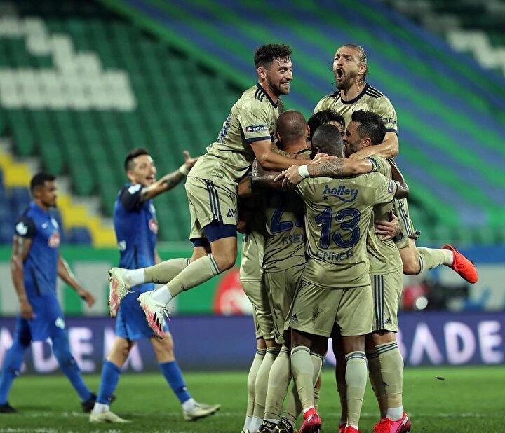 Fenerbahçe, deplasmanda ÇaykurRizespor'u geriye düştüğü maçta 2-1 yenereksezona galibiyetle başladı.Caner Erkin'in penaltı kaçırdığımaçta sarı-lacivertli ekibe 3 puanıgetiren golleri Gökhan Gönülve penaltıdan Sosa attı