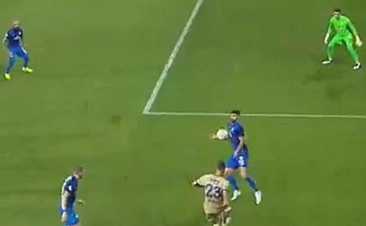 Futbolcu Rıdvan olarak Fenerbahçenin ilk penaltısı ağır diyorum. VARa otursam penaltı. Benim kuralım değil ama bu hakem kuralı. (Görüntü beIN Sportstan alınmıştır)