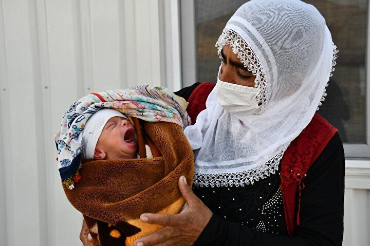 Dünyaya gelen erkek çocuğuna doğumu yapan Uzman Çavuşun ismini veren aile Mehmetçiği ziyaret etmek için üs bölgesine geldi. Bebeği ve eşiyle birlikte üs bölgesine gelen Rızkiye İmanç, askerlere fedakarlığından dolayı teşekkür etti. Doğum yapan kadının kocası Cezair İmanç da Türk Silahlı Kuvvetlerine minnettar olduklarını söyledi.