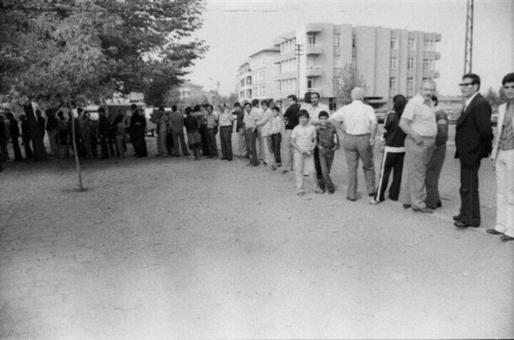 Temel ihtiyaçlarını karşılamak isteyen vatandaşlar fırınların önünde uzun kuyruklar oluşturdu.