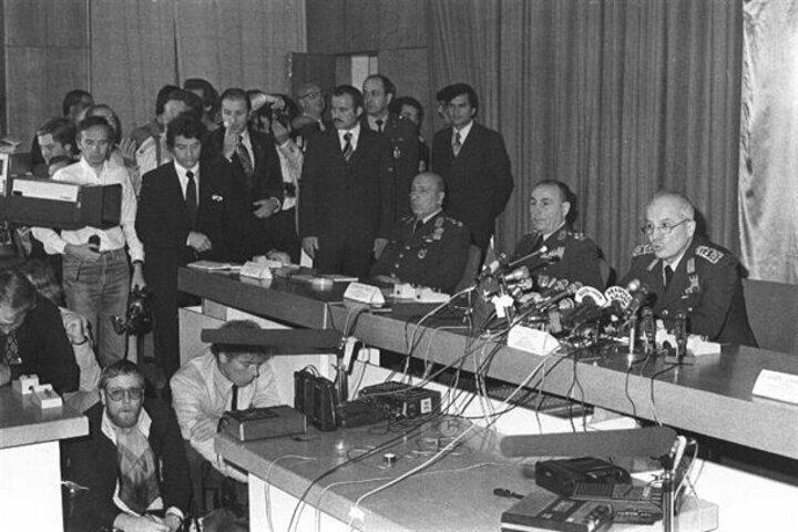 MGK Başkanı ve Genelkurmay Başkanı Orgeneral Kenan Evren (sağda) basına ilk açıklamasın yaptı. TBMMdeki açıklamaya MGKnın diğer üyeleri Kara kuvvetleri Komutanı Orgeneral Nurettin Ersin (sağ 2) ve Jandarma Genel Komutanı Orgeneral Sedat Celasun (sağ 3) de katıldı.