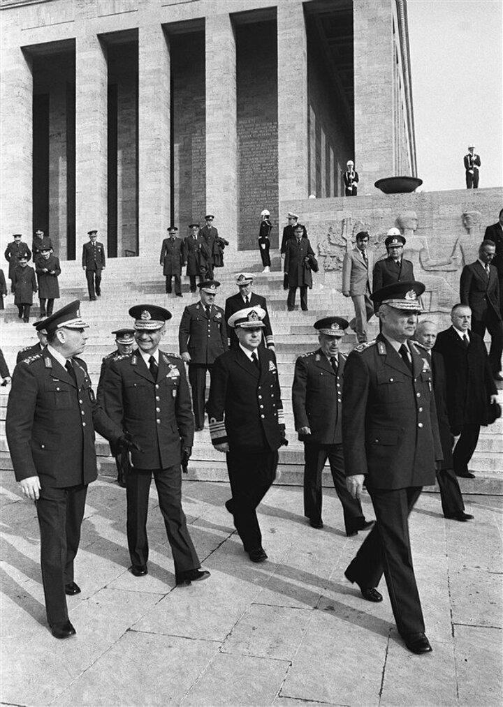 Yüksek Askeri Şura (YAŞ) üyeleri Devlet Başkanı, MGK Başkanı ve Genelkurmay Başkanı Orgeneral Kenan Evren (sağda önde) başkanlığında Anıtkabiri ziyaret etti. MGK üyeleri Kara Kuvvetleri Komutanı Orgeneral Nurettin Ersin (solda), Hava Kuvvetleri Komutanı Orgeneral Tahsin Şahinkaya (sol 2), Deviz Kuvvetleri Komutanı Oramiral Nejat Tümer (sol 3) ve Jandarma Genel Komutanı Orgeneral Sedat Celasun (sol 4)