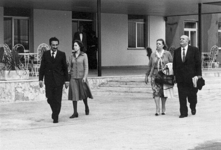 12 Eylül askeri darbesiyle milletvekilliği sona eren ve gözaltına alınan Başbakan Süleyman Demirel (sağda) ve CHP Genel Başkanı Bülent Ecevit (solda ) eşleri Nazmiye Demirel (sağ 2) ve Rahşan Ecevit (sol 2) ile birlikte kaldıkları Çanakkale Gelibolu Hamzaköydeki Türk Silahlı Kuvvetleri misafirhanesinden alınarak Etimesgut Askeri Havaalanına getirildi