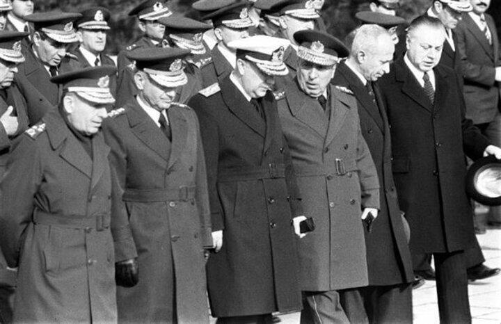 Yüksek Askeri Şura (YAŞ) üyeleri Anıtkabiri ziyaret etti. (Soldan sağa) Kara Kuvvetleri Komutanı Orgeneral Nurettin Ersin, Hava Kuvvetleri Komutanı Orgeneral Tahsin Şahinkaya, Deviz Kuvvetleri Komutanı Oramiral Nejat Tümer, Jandarma Genel Komutanı Orgeneral Sedat Celasun, Başbakan Bülend Ulusu ve Milli Savunma Bakanı Ümit Haluk Bayülken