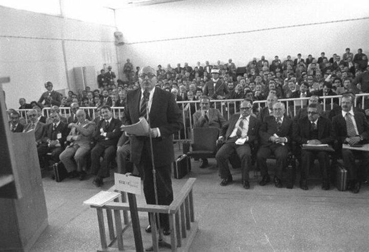 Laikliği aykırı davranmak suçundan haklarında 2 - 36 yıl arasında hapis cezası istenen Milli Selamet Partisi (MSP) Genel Başkanı Necmettin Erbakan (ayakta) ile 33 arkadaşının yargılanmasına Ankara Sıkıyönetim Komutanlığı 1 Nolu Askeri Mahkemesinde başlandı. Şevket Kazan (sağda), Recai Kutan (sağ 2), Fehmi Cumalıoğlu (sağ 3), Süleyman Arif Emre (sağ 4) ve İsmail Müftüoğlu (sol 5)