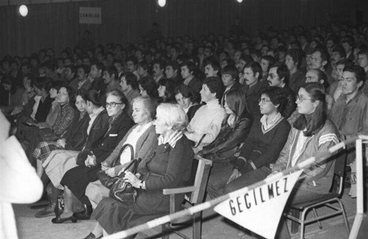 Türkiye İşçi Partisi (TİP) Genel Başkanı Behiçe Boran (ilk sıra sağda) ve arkadaşları Sıkıyönetim Mahkemesinde yargılandı.