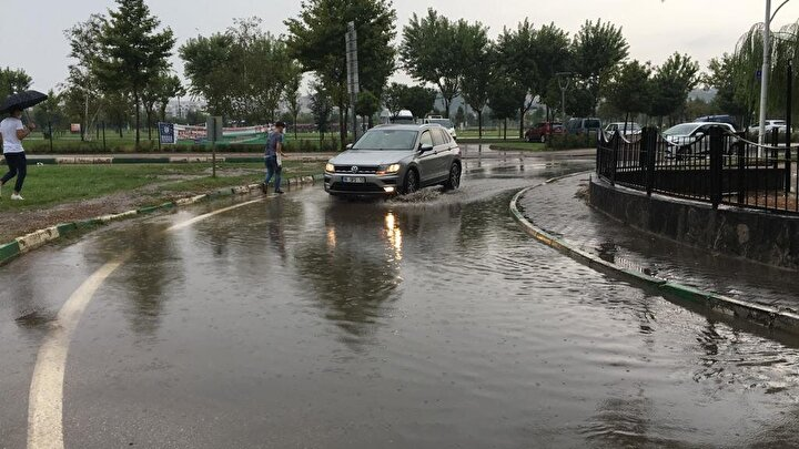 Hafta sonu sıcaklıkların düşmesiyle birlikte, Bursada sabahın erken saatlerinden itibaren sağanak görülmeye başlandı.