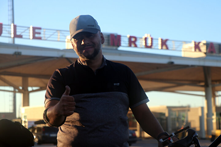 Yolda gelirken beni gören tüm Türk vatandaşlar sürekli arabalarını durdurup bana selam verdi. Hatta kamyoncular bile durdurup selam verdi. Bol bol fotoğraf çekildik diye konuştu.