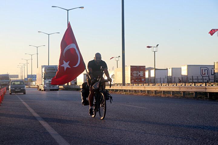 OFİSİMİ KAPATTIM, YOLA ÇIKTIM  Almanyadan başlayan yolculuğuna Slovakya, Macaristan, Sırbistan ve Bulgaristan üzerinden devam ettiğini belirten ve Türkiyeye ulaştığı için çok mutlu olduğunu söyleyen Pak, Avrupadaki Türk milletinin neler yapabileceğini göstermek için yola çıktım. İşi bıraktım, ofisimi kapattım, yola çıktım. Yaklaşık 3 bin kilometre yol yaptım buraya gelene kadar. Buradan İstanbula gideceğim, sanırım oraya gidene kadar 3 bin 200 kilometreyi bulacak yol dedi.