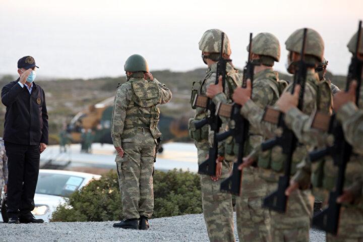 """Ercan Havalimanı'nda Kıbrıs Türk Barış Kuvvetleri Komutanı Tümgeneral Sezai Öztürk ve diğer yetkililer tarafından karşılanan Akar ve Komutanlar, buradan helikopterlerle askeri tatbikatın yapılacağı alana geçti. Tören mangasının selamlanması sonrası Bakan Akar ve TSK komuta kademesinin alandaki yerlerini almalarıyla Kıbrıs Türk Barış Kuvvetleri Komutanlığı ile Kuzey Kıbrıs Türk Cumhuriyeti Güvenlik Kuvvetleri Komutanlığı arasında karşılıklı eğitim, iş birliği ve birlikte çalışabilirliği geliştirmek üzere birleşik, müşterek ve fiili olarak icra edilen Şehit Yüzbaşı Cengiz Topel Akdeniz Fırtınası-2020 Tatbikatı'nın """"Seçkin Gözlemci Günü"""" faaliyetleri başladı."""