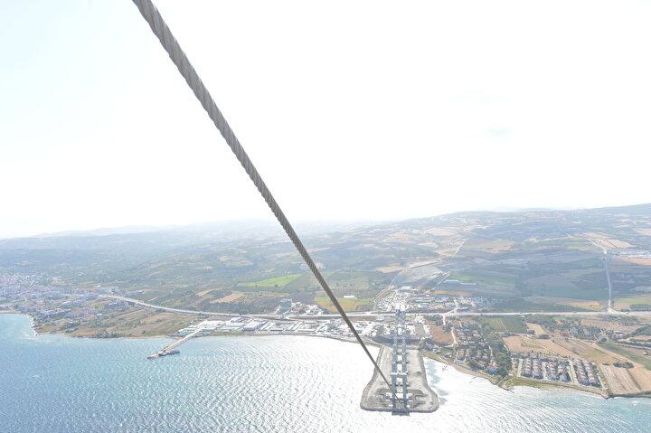 Rakamları da dünyanın sembol rakamları. Su yüzeyinden 318 metre yükseklikteki çelik ayaklarıyla dünyanın en yüksek çelik ayaklı köprüsü olacak. İki ayak arası açıklığı 2023 metre olarak dünyanın en geniş köprülerinden biri olacak. Toplamda da 4 bin 600 metrelik bir köprü uzunluğu var. Yine bu proje kapsamında Malkara-Çanakkale arası 101 kilometre bu proje kapsamında tamamlanacak. Tamamlandığında 1,5 saat süren yolculuklar 6-7 dakikalara düşecek. 1915 Çanakkale Köprüsünde olduğu gibi ülkemizin her bir noktasında çok değerli çalışmalarımız var.