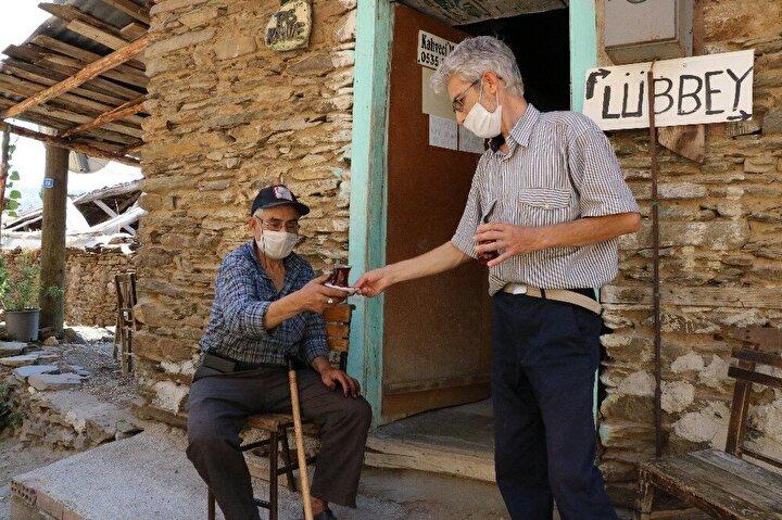 """Mehmet Güler, """"Bu köy, Lidyalılar zamanına dayanıyor. İnsanlar çok uzun süre burada yaşamış. Lübbeyliler, kışın burada yazın da Çamyaylar'da yaşardı. Ancak 1982 yılında Çamyayla'ya elektrik gelince insanlar o tarafa göçtü. Köyde şu anda 5 kişi yaşıyor..."""