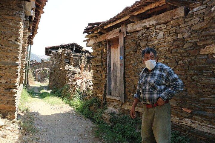 Haftanın belli günleri Ödemiş merkezinden Lübbey'e 18 kilometrelik yol kateden Mehmet Güler de, bazı günler müşteri azlığı sebebiyle benzin parasını bile çıkaramasa da 16 yıldır köy kahvesini işletiyor.