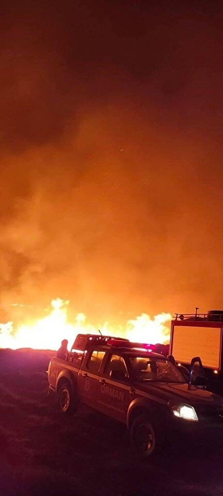 Kuvvetli rüzgarın da etkisiyle büyüyen ve kısa sürede geniş bir alana yayılan yangına, ihbar üzerine bölgeye sevk edilen itfaiye araçları ve arazözler ile müdahale edilmeye başlandı.