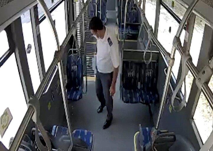 Kocaeli Büyükşehir Belediyesi UlaşımPark otobüs sürücüsü Hasan Aliş, Hat 265 Otogar - Maşukiye seferi sırasında son durağa geldiğinde aracı kontrol ederken bir cüzdan buldu.