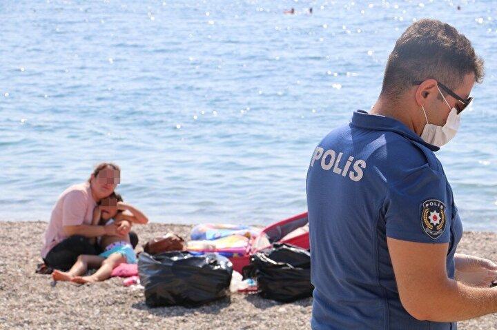 Polisi ve sağlık ekiplerini alarma geçiren olay dünyaca ünlü Konyaaltı Sahili'nde 10.30 sıralarında meydana geldi.
