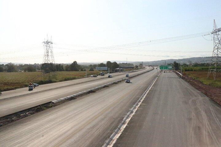 İstanbul-Kocaeli ve Sakarya trafiğini oldukça rahatlatması beklenen ve aynı anda 4 aracın geçebileceği tünellerle dünyada bir ilk olma özelliği taşıyan 400 kilometre uzunluğundaki Kuzey Marmara Otoyolu' da devam eden çalışmalarda sona gelindi. Ulaştırma ve Altyapı Bakanı Adil Karaismailoğlu, Kuzey Marmara Otoyolu'nda 21 Aralık tarihinde hizmete sunmayı planladıklarını duyurmuştu. 400 kilometre uzunluğundaki otoyolundaki çalışmaların tüm hızıyla sürdüğü ve Bakan Karaismailoğlu'nun hafta sonu tamamlanacağını duyurduğu 5'inci kesim olan Sakarya kesiminde devam eden çalışmalar havadan da görüntülendi.