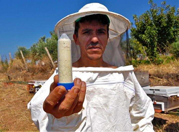 Turgutlu ilçesinde elektrik dükkanı işleten Murat Almışlar, 8 yıl önce kendi bahçesinde hobi olarak başladığı arıcılığı geliştirdi. Almışlar, arıcılıktan daha fazla gelir elde etmenin yollarını ararken, 3 yıl önce de arı zehri üretimini öğrendi.