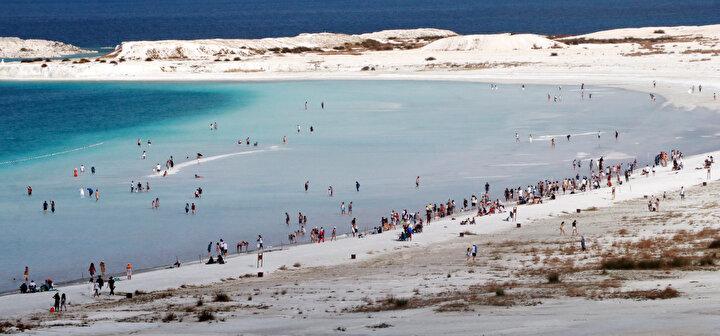Koronavirüs tedbirleri kapsamında ziyarete kapatılan Salda Gölü, 1 Haziranda geçilen normalleşme adımlarıyla yeniden ziyarete açıldı.