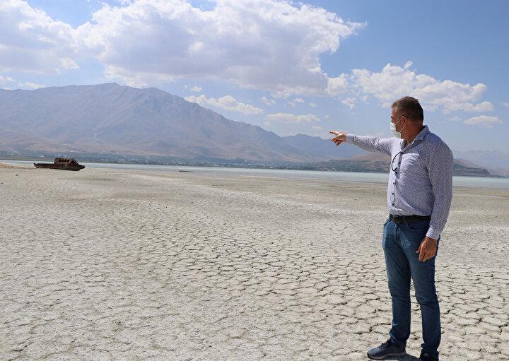 Küresel ısınmanın sadece alanın küçülmesine değil, gölün kimyasal ve biyolojik yapısında da değişiklere neden olduğunu belirten Prof. Dr. Alaeddinoğlu, Bu yapı aynı zamanda canlı hayatını da olumsuz yönde etkiliyor. Van Gölü, kendi içinde bulunduğu havza için tek değil, aslında hem Doğu, hem Güneydoğu Anadolu için bir havza niteliğinde. Yaptığımız tahmin ve öngürülerde şu şekilde seyrediyor. Bir kaç yıl iyi bir kuraklık yaşayabiliriz. Yağış, normal düştüğünden çok daha fazla düşebilir. Dolayısıyla göl de iki metre aşağıya doğru inebilir. Bu hepten kuraklık anlamına gelmiyor. Her 20-30 yılda gölün seviyesi gittikçe aşağıya doğru bir trend içine girmiş. Bu ne anlama geliyor. Kısa vadede göllerde azalmalar, çoğalmalar gerçekleşecek. Ama işte 50-100 yılllık periyotlarda göl suyu sürekli aşağıya doğru trend izlenecek. Bu sadece buraya has bir durum değil. Dünyanın farklı yerlerinde de farklı durumlar yaşanıyor diye konuştu.