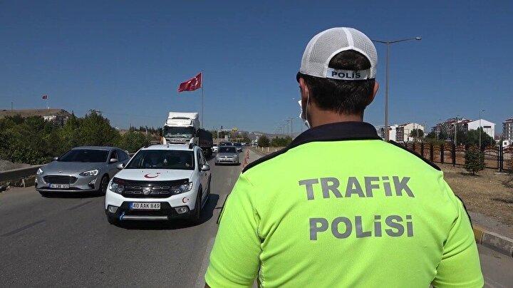 Ulaşımda 43 ilin geçiş noktasındaki kilit kavşakta bulunan Bölge Trafik Kontrol Noktasında görevli polisler, şehirler arası seyahat eden yolcuların HES kodu, Türkiye Cumhuriyeti vatandaşlık kimlik numarasından sorgulanıyor.
