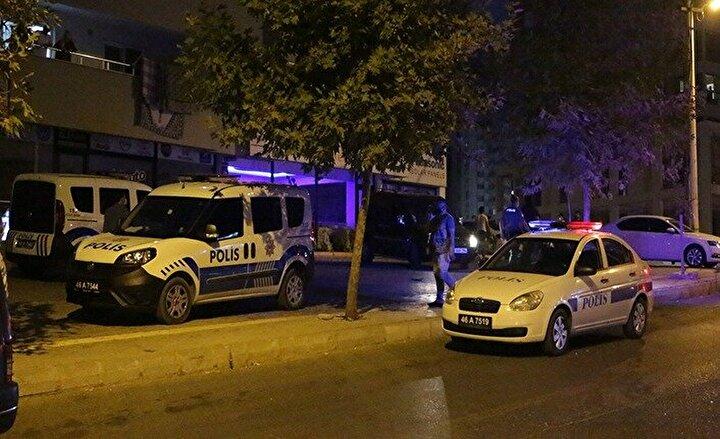 İhbar üzerine olay yerine sağlık ve polis ekipleri sevk edildi. Yaralılar, ambulanslarla kentteki hastanelere götürülerek tedavi altına alındı.