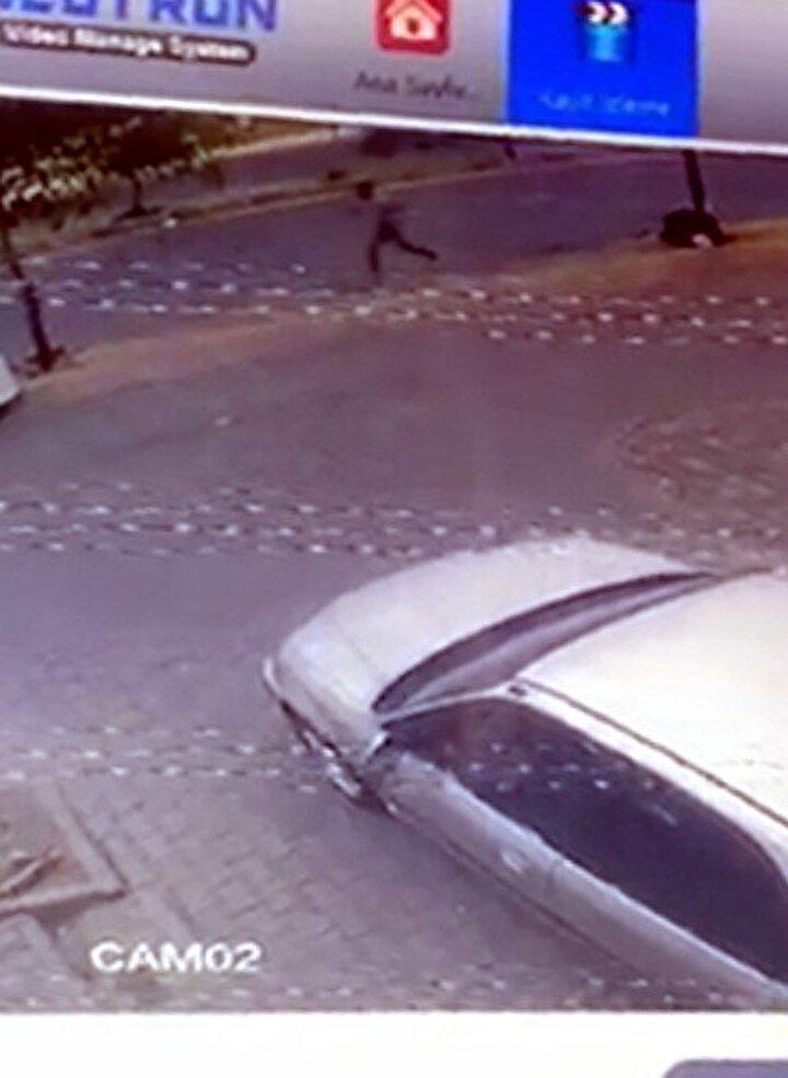 Bir işyerinin güvenlik kamerasınca kaydedilen görüntüde Ahmet Eren Us koşarak kaçmaya başlıyor ancak başına isabet eden saçmalar nedeniyle yere yığılıyor.